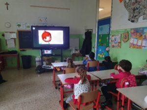 bambini guardano filmato
